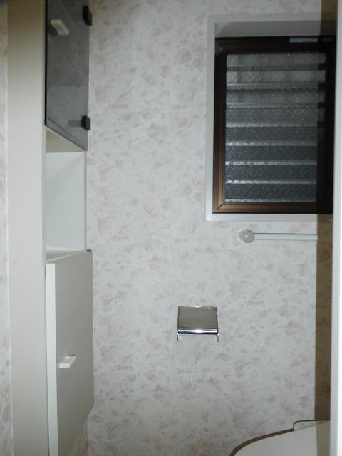 収納と窓が付いたトイレ