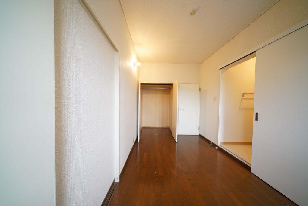 洋室その1。玄関入って左のお部屋。脱衣所とバスルームはこちらから。