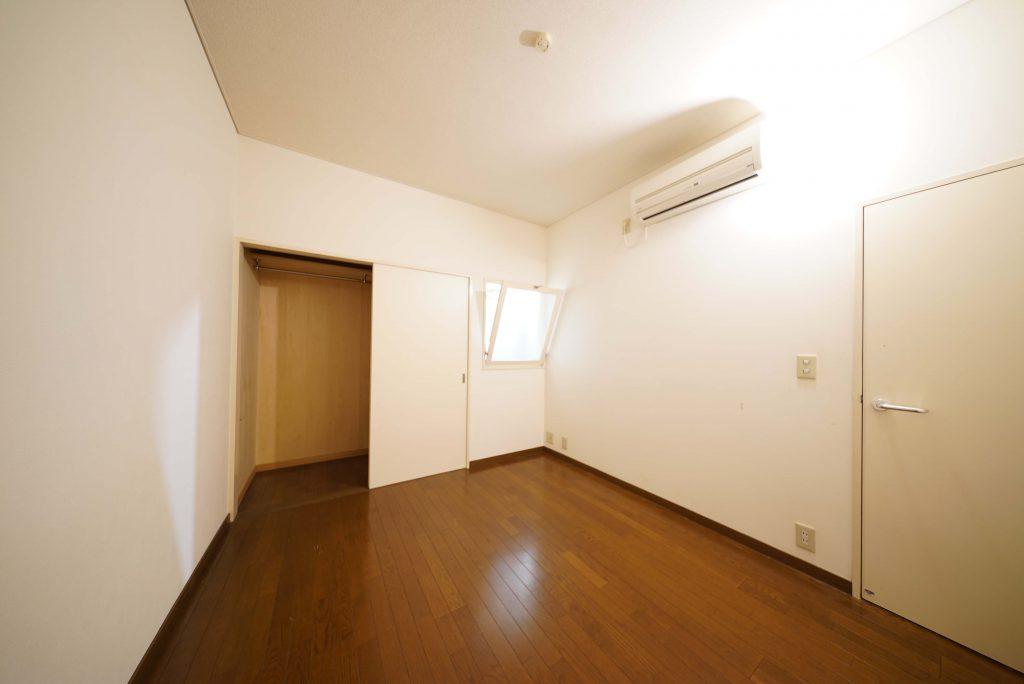 洋室その2。玄関入って右のお部屋です。玄関と窓でつながっています。
