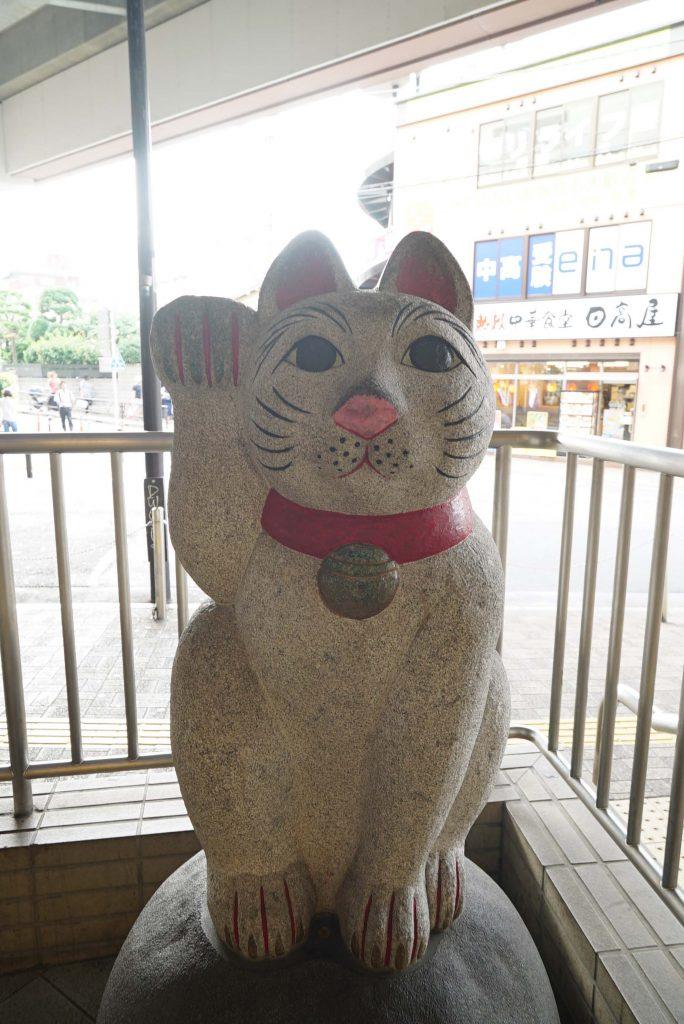 豪徳寺の象徴「招き猫」。こちらは駅前にあります。