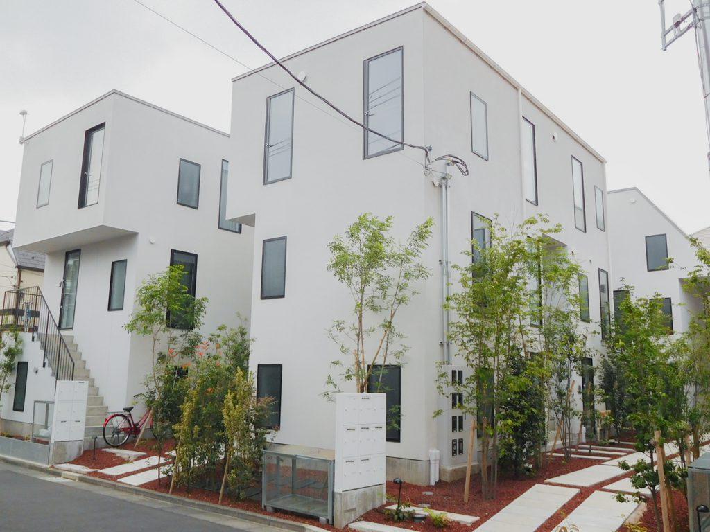 直方体を組み合わせたような集合住宅。