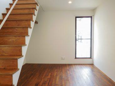 階段も含めて、木材が贅沢に使われていて、ぬくもりある印象です。