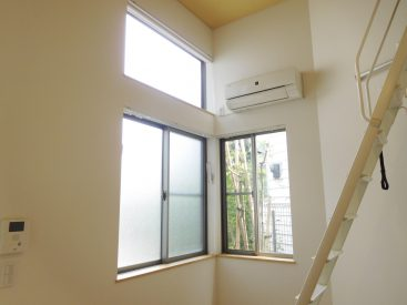 窓が多くて明るいお部屋です。