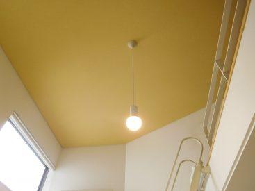 黄色の天井かわいい。