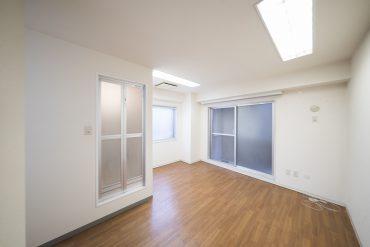 建物の奥側なので、日差しはあまり入ってきませんが、その分数のおおい照明がお部屋を照らしてくれています。
