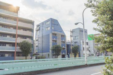 環七通り沿いに立つマンション。防音や振動対策はしっかりしていました。