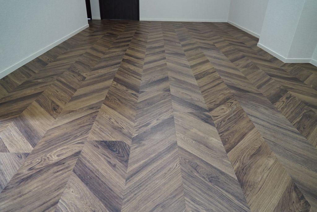 ヘリンボーンの床が印象的