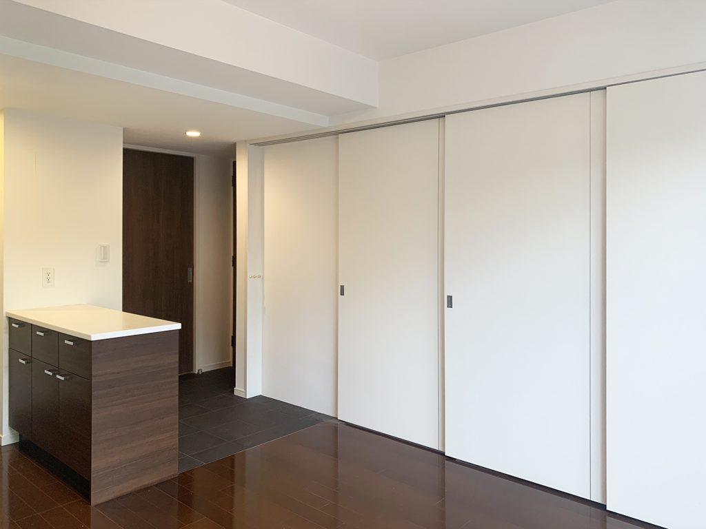 リビングダイニングと寝室は扉で仕切ることも。