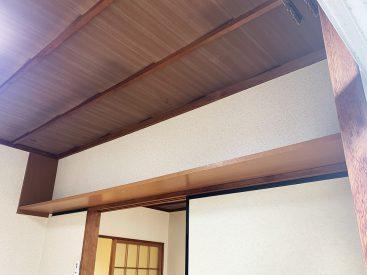 天井近くの棚。好きなものおいてください。
