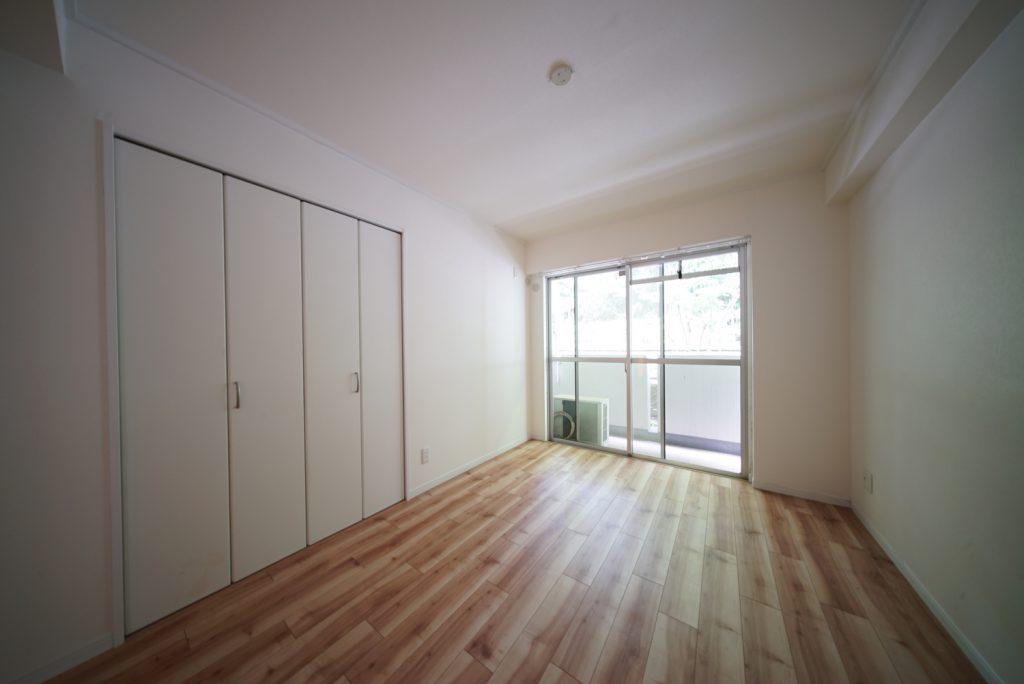 ホワイトを基調とした内装に無垢のフローリングでナチュラルな印象(写真は洋室5.4畳)。