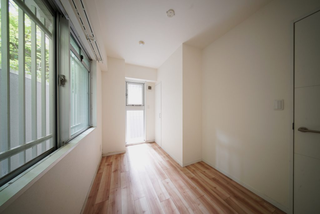 窓の外に緑が見える、洋室4.3畳。