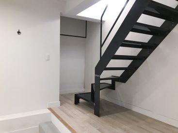 階段奥にはハンガーがかけられます。