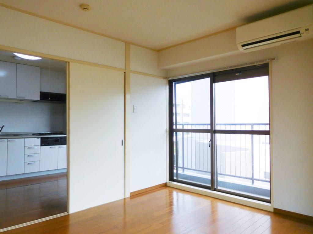 キッチン横の洋室7畳。間を仕切る引き戸を外せば、また雰囲気も変わりそう。