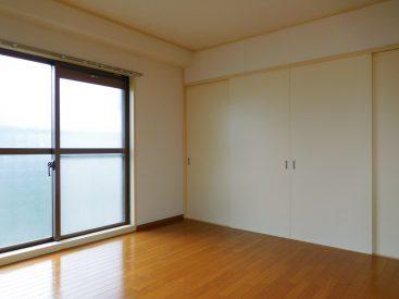 洋室7畳には、壁一面の奥行きある押入れがあります。