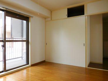 洋室6畳。こちらにも押入れ収納。北側ですが窓が付いていて明るいです。