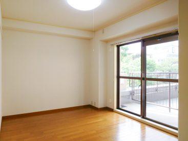 6畳の洋室は「入れない」ルーフバルコニーが先に広がるため、開放感があるのです。