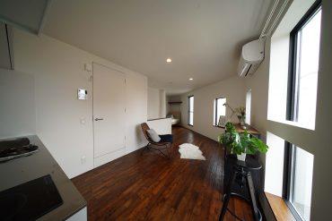 奥のカーテンと部屋のカーブで空間を分けれます