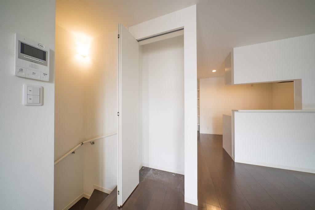 階段付近には小さな収納がひとつ。出し入れする掃除機など入れておこ。