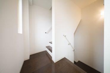 ぐるっと3階まで階段。