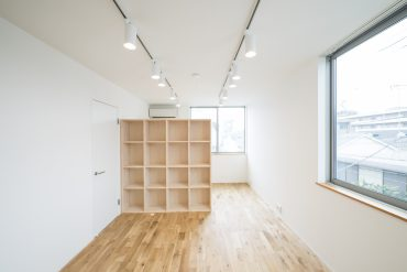 室内を区切るようにしてある、ハンドメイドの木製シェルフ。