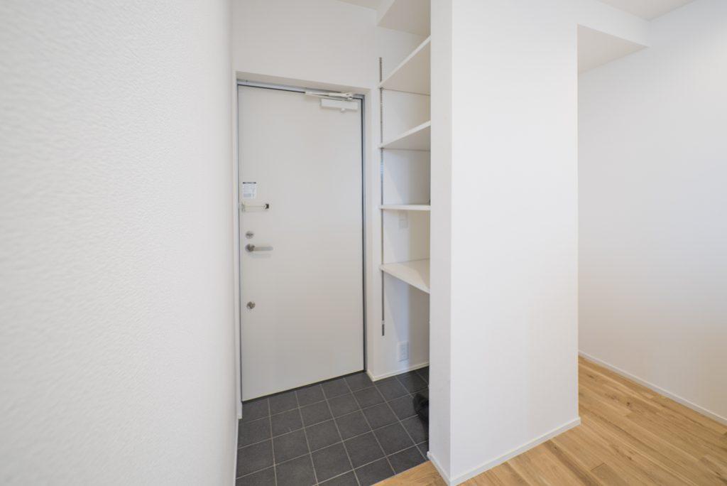 玄関は白を基調に。シューズボックスはオープンなつくり。