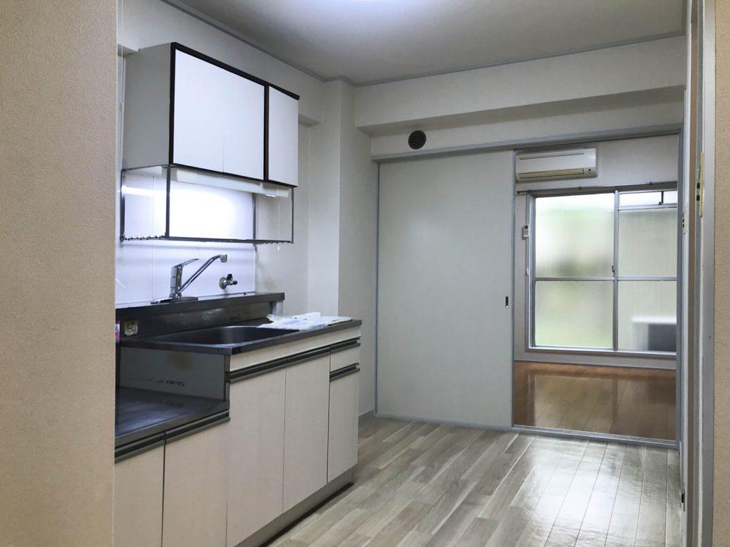 玄関入るとキッチン。そこから右に見えるお部屋へ。
