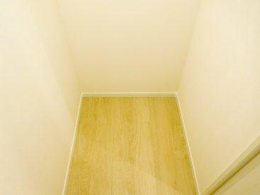 玄関入って右手すぐの1畳のstorage(物置)。衣類や食品ストック、普段使わないものの整理に。