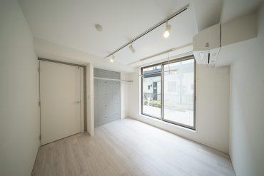 北側のお部屋。パイプの収納はこちら。