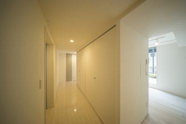 玄関です。タイルの床が左右に続いてます。
