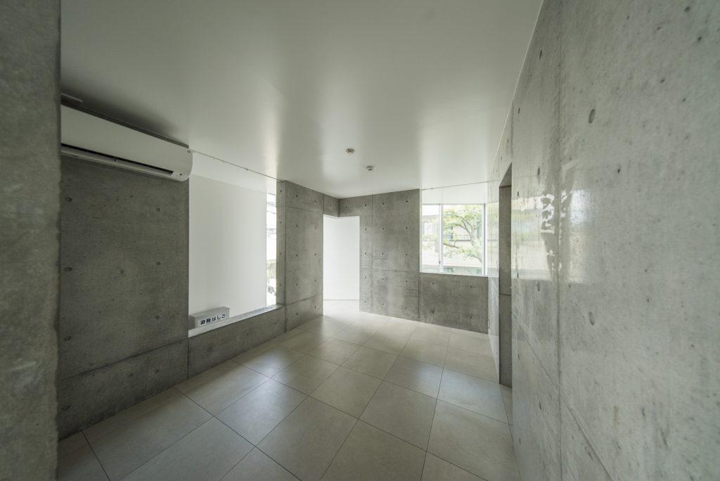 コンクリートの一室です。
