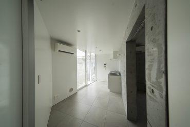 玄関の正面がキッチンです。