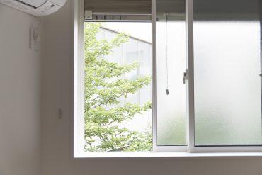 お部屋の窓は北向きです。