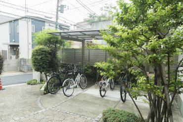 自転車置き場があります、屋根つき。