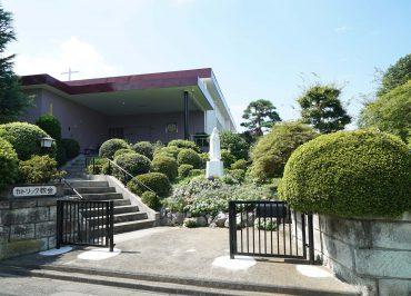 お向かいにある教会。お庭とマリア像が素敵でパシャリ