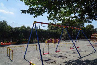 近くの赤松公園。幅広い世代の方が各々の過ごし方をされています。