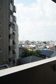バルコニーは世田谷通り側じゃないので開けた景色。