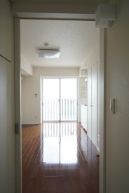 玄関からお部屋。