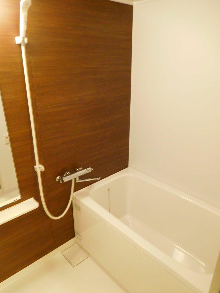 アクセントパネルがオシャレな浴室