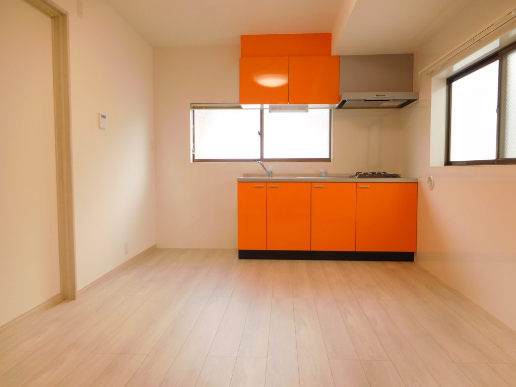 オレンジの扉面が目引くキッチン
