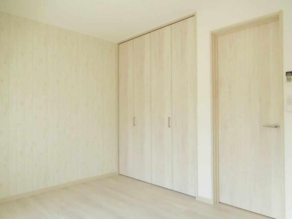 収納のクローゼットも扉は白地です