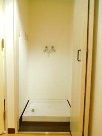 扉で隠せる洗濯機置き場