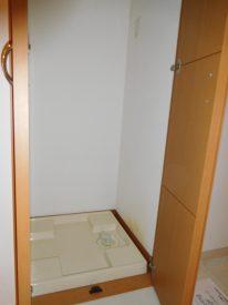 隠せる扉付き洗濯機置き場