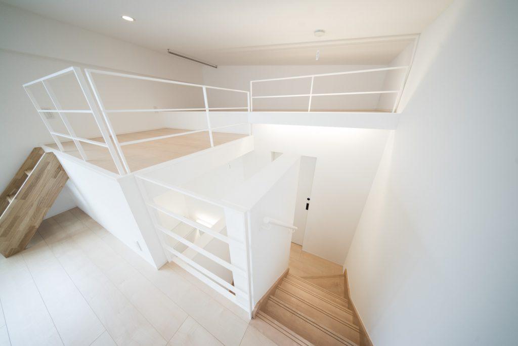 上の階からひとつ階段を降りたところにサニタリーです。