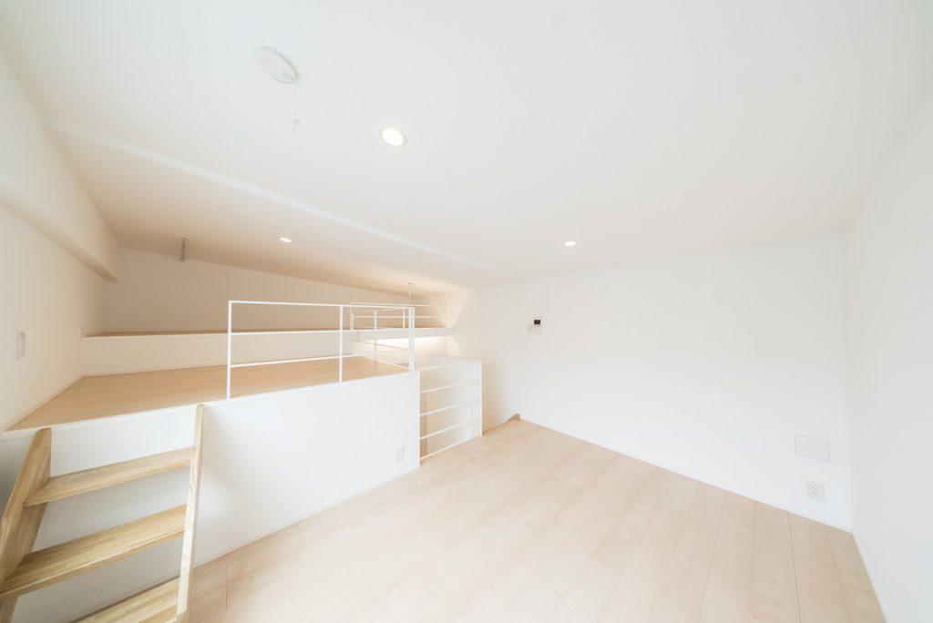 かなり広い、寝る場所か、収納か…。