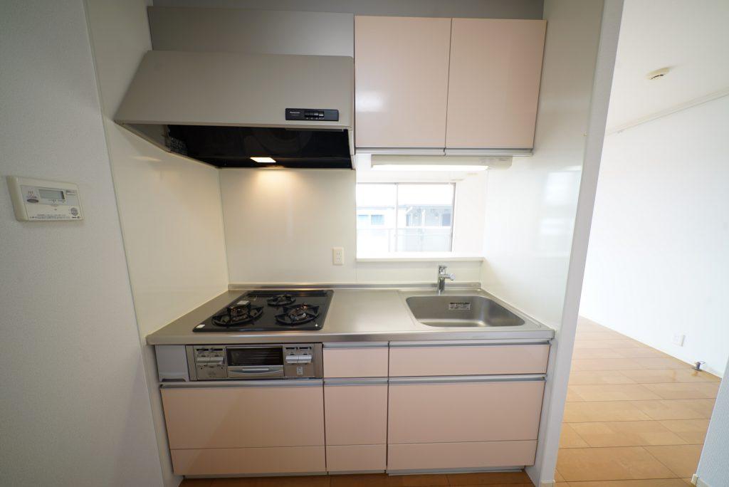 キッチンは3口ガスコンロのシステムキッチン