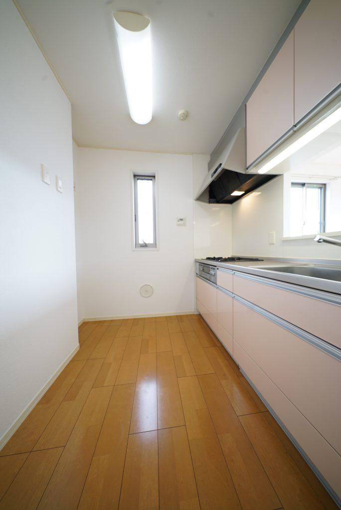 キッチン広々で背面に収納など置きたい