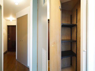 廊下にある収納。棚が設置されてるの有難い