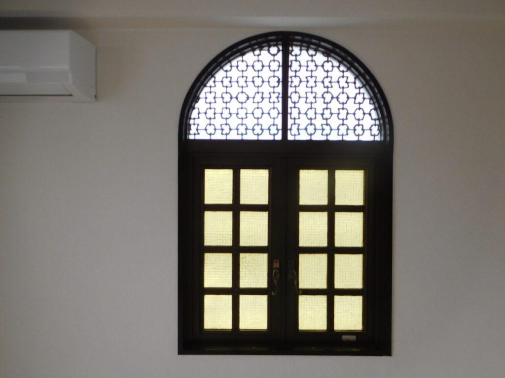 可愛らしいアーチ型の窓