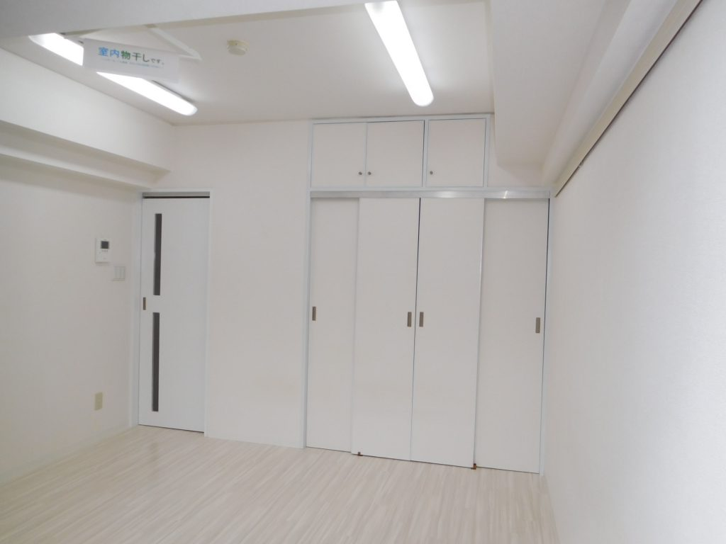 真っ白い洋室