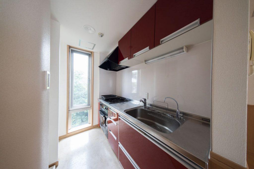 濃いめの赤のキッチン。広くて使いやすそう…!